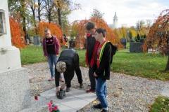 7z_na hřbitově2